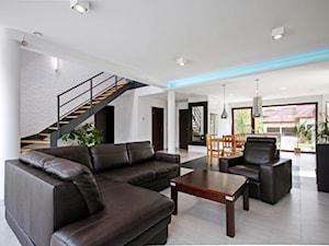 ATRAKCYJNY 1 - realizacja projektu - Średni biały salon z jadalnią z tarasem / balkonem, styl nowoczesny - zdjęcie od DOMY Z WIZJĄ - nowoczesne projekty domów