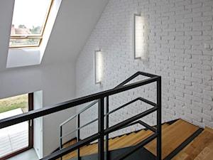 ATRAKCYJNY 1 - realizacja projektu - Średnie wąskie schody jednobiegowe zabiegowe drewniane metalowe stalowe, styl skandynawski - zdjęcie od DOMY Z WIZJĄ - nowoczesne projekty domów