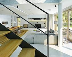 ATRAKCYJNY 1 - projekt z elewacją klinkierową - Duży biały salon z kuchnią z jadalnią z tarasem / balkonem, styl nowoczesny - zdjęcie od DOMY Z WIZJĄ - nowoczesne projekty domów