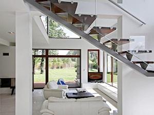 Z CHARAKTEREM 2 - realizacja projektu - Średnie wąskie schody jednobiegowe drewniane, styl minimalistyczny - zdjęcie od DOMY Z WIZJĄ - nowoczesne projekty domów