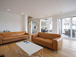 STYLOWY 2 - realizacja projektu - Duży biały salon z kuchnią z jadalnią z tarasem / balkonem, styl minimalistyczny - zdjęcie od DOMY Z WIZJĄ - nowoczesne projekty domów