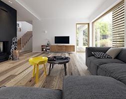 PRAKTYCZNY 3A - niewielki dom z poddaszem użytkowym - Duży biały czarny salon z tarasem / balkonem, styl minimalistyczny - zdjęcie od DOMY Z WIZJĄ - nowoczesne projekty domów