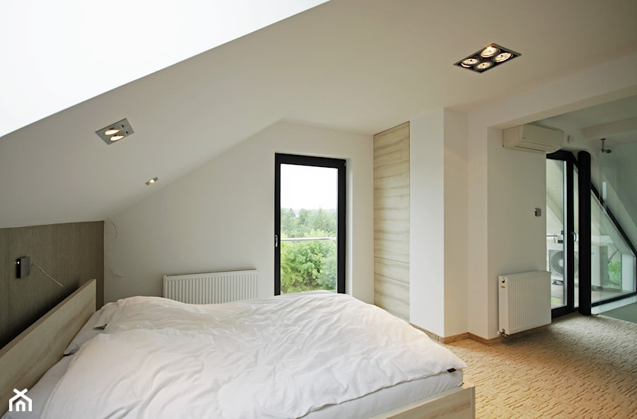 Z CHARAKTEREM 3 - realizacja projektu - Duża sypialnia małżeńska na poddaszu z balkonem ...