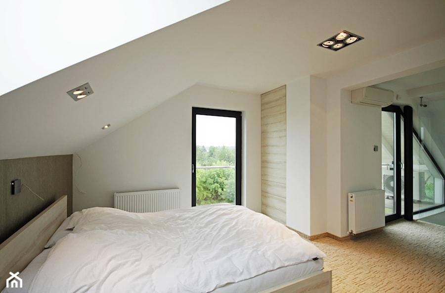 Z CHARAKTEREM 3 - realizacja projektu - Duża biała sypialnia małżeńska na poddaszu z balkonem / tarasem, styl minimalistyczny - zdjęcie od DOMY Z WIZJĄ - nowoczesne projekty domów