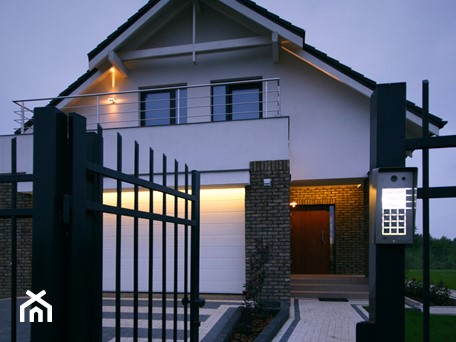 Aranżacje wnętrz - Domy: Z CHARAKTEREM 3 - realizacja projektu - Średnie jednopiętrowe nowoczesne domy jednorodzinne murowane z dwuspadowym dachem, styl nowoczesny - DOMY Z WIZJĄ - nowoczesne projekty domów. Przeglądaj, dodawaj i zapisuj najlepsze zdjęcia, pomysły i inspiracje designerskie. W bazie mamy już prawie milion fotografii!