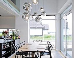 STYLOWY 2 - realizacja projektu - Średnia otwarta biała jadalnia w kuchni, styl nowoczesny - zdjęcie od DOMY Z WIZJĄ - nowoczesne projekty domów