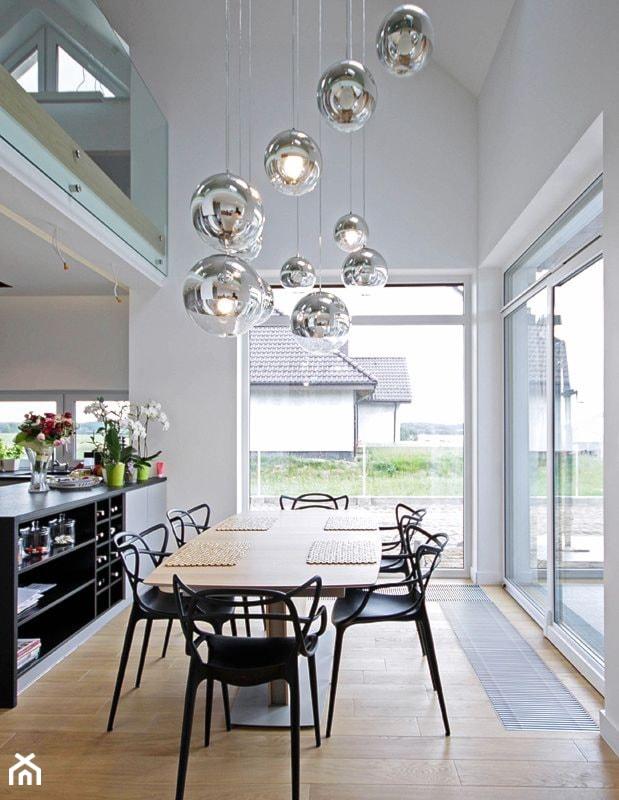 Aranżacje wnętrz - Jadalnia: STYLOWY 2 - realizacja projektu - Średnia otwarta biała jadalnia w kuchni, styl nowoczesny - DOMY Z WIZJĄ - nowoczesne projekty domów. Przeglądaj, dodawaj i zapisuj najlepsze zdjęcia, pomysły i inspiracje designerskie. W bazie mamy już prawie milion fotografii!