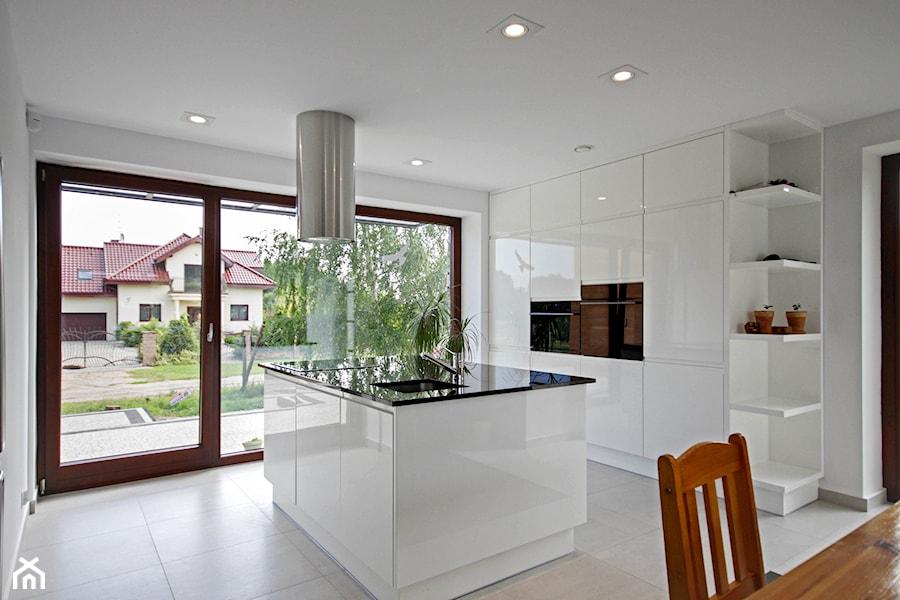 ATRAKCYJNY 1 - realizacja projektu - Duża otwarta wąska biała kuchnia w aneksie, styl minimalistyczny - zdjęcie od DOMY Z WIZJĄ - nowoczesne projekty domów