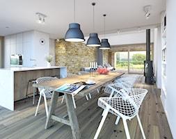 """RODZINNY 3 - nowoczesna """"stodoła"""" - Średnia otwarta biała brązowa jadalnia w kuchni, styl skandynawski - zdjęcie od DOMY Z WIZJĄ - nowoczesne projekty domów"""