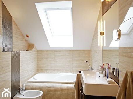 Aranżacje wnętrz - Łazienka: Z CHARAKTEREM 3 - realizacja projektu - Średnia beżowa łazienka na poddaszu w domu jednorodzinnym z oknem, styl nowoczesny - DOMY Z WIZJĄ - nowoczesne projekty domów. Przeglądaj, dodawaj i zapisuj najlepsze zdjęcia, pomysły i inspiracje designerskie. W bazie mamy już prawie milion fotografii!