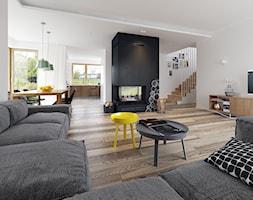 Duży biały czarny salon z jadalnią, styl skandynawski - zdjęcie od DOMY Z WIZJĄ - nowoczesne projekty domów