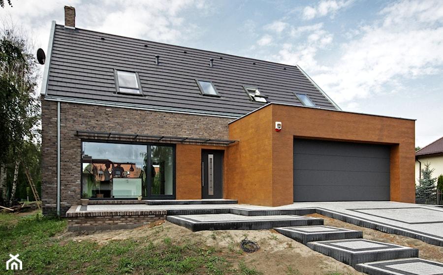 ATRAKCYJNY 1 - realizacja projektu - Małe jednopiętrowe nowoczesne domy jednorodzinne murowane z dwuspadowym dachem, styl nowoczesny - zdjęcie od DOMY Z WIZJĄ - nowoczesne projekty domów