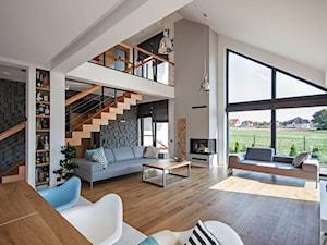DOSKONAŁY 3 - realizacja projektu - Duży biały czarny salon z jadalnią z tarasem / balkonem z antresolą, styl nowoczesny - zdjęcie od DOMY Z WIZJĄ - nowoczesne projekty domów