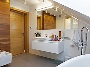 DOSKONAŁY 3 - realizacja projektu - Duża biała łazienka na poddaszu, styl minimalistyczny - zdjęcie od DOMY Z WIZJĄ - nowoczesne projekty domów