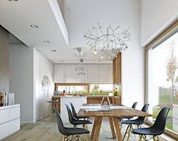 NOWOCZESNY 1 - nowoczesny dom o wyrazistej bryle - Średnia otwarta biała jadalnia w kuchni, styl skandynawski - zdjęcie od DOMY Z WIZJĄ - nowoczesne projekty domów