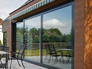 ATRAKCYJNY 1 - realizacja projektu - Średni taras z tyłu domu, styl nowoczesny - zdjęcie od DOMY Z WIZJĄ - nowoczesne projekty domów