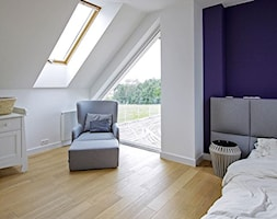 STYLOWY 2 - realizacja projektu - Duża biała fioletowa sypialnia małżeńska na poddaszu, styl skandynawski - zdjęcie od DOMY Z WIZJĄ - nowoczesne projekty domów