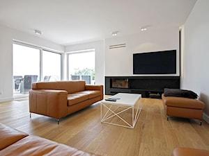 STYLOWY 2 - realizacja projektu - Duży biały salon z tarasem / balkonem, styl nowoczesny - zdjęcie od DOMY Z WIZJĄ - nowoczesne projekty domów