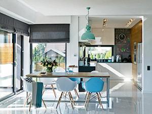 DOSKONAŁY 3 - realizacja projektu - Średnia otwarta biała jadalnia w kuchni, styl nowoczesny - zdjęcie od DOMY Z WIZJĄ - nowoczesne projekty domów