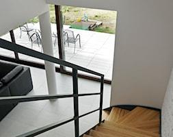 ATRAKCYJNY 1 - realizacja projektu - Średnie wąskie schody zabiegowe wachlarzowe drewniane, styl no ... - zdjęcie od DOMY Z WIZJĄ - nowoczesne projekty domów - Homebook