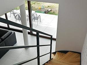 ATRAKCYJNY 1 - realizacja projektu - Średnie wąskie schody zabiegowe wachlarzowe drewniane, styl nowoczesny - zdjęcie od DOMY Z WIZJĄ - nowoczesne projekty domów