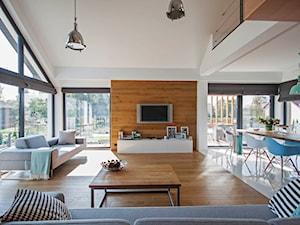DOSKONAŁY 3 - realizacja projektu - Duży biały salon z jadalnią z tarasem / balkonem, styl nowoczesny - zdjęcie od DOMY Z WIZJĄ - nowoczesne projekty domów