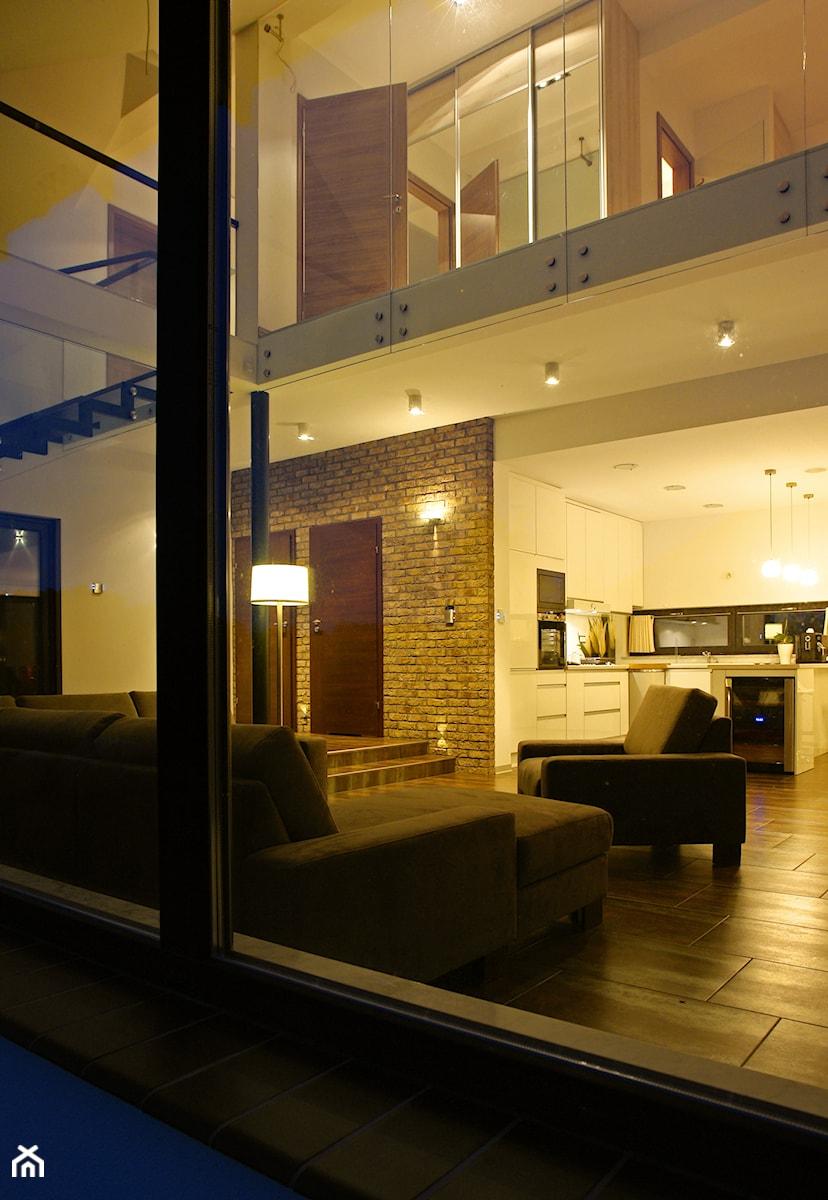 Z CHARAKTEREM 3 - realizacja projektu - Średni biały salon z kuchnią z antresolą, styl minimalistyczny - zdjęcie od DOMY Z WIZJĄ - nowoczesne projekty domów