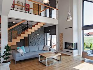 DOSKONAŁY 3 - realizacja projektu - Duży biały czarny salon z tarasem / balkonem z antresolą, styl skandynawski - zdjęcie od DOMY Z WIZJĄ - nowoczesne projekty domów