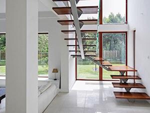 Z CHARAKTEREM 2 - realizacja projektu - Średnie wąskie schody trójbiegowe drewniane metalowe, styl nowoczesny - zdjęcie od DOMY Z WIZJĄ - nowoczesne projekty domów