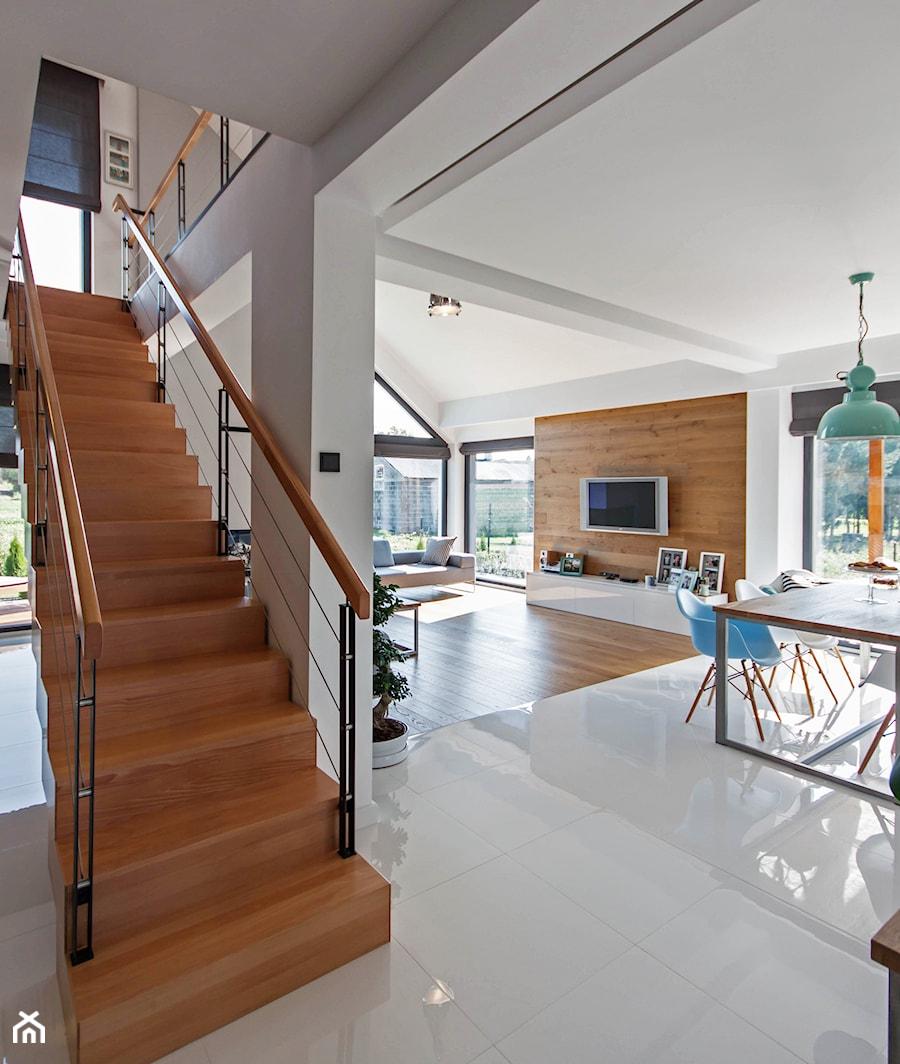 DOSKONAŁY 3 - realizacja projektu - Średnie wąskie schody jednobiegowe drewniane metalowe, styl minimalistyczny - zdjęcie od DOMY Z WIZJĄ - nowoczesne projekty domów
