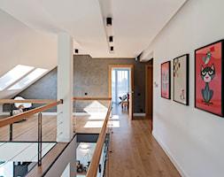DOSKONAŁY 3 - realizacja projektu - Duży biały szary hol / przedpokój, styl nowoczesny - zdjęcie od DOMY Z WIZJĄ - nowoczesne projekty domów