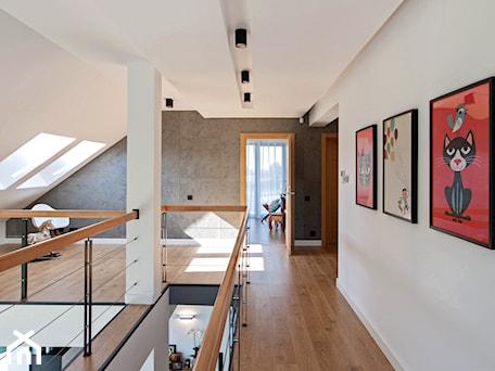 Aranżacje wnętrz - Hol / Przedpokój: DOSKONAŁY 3 - realizacja projektu - Duży biały szary hol / przedpokój, styl nowoczesny - DOMY Z WIZJĄ - nowoczesne projekty domów. Przeglądaj, dodawaj i zapisuj najlepsze zdjęcia, pomysły i inspiracje designerskie. W bazie mamy już prawie milion fotografii!