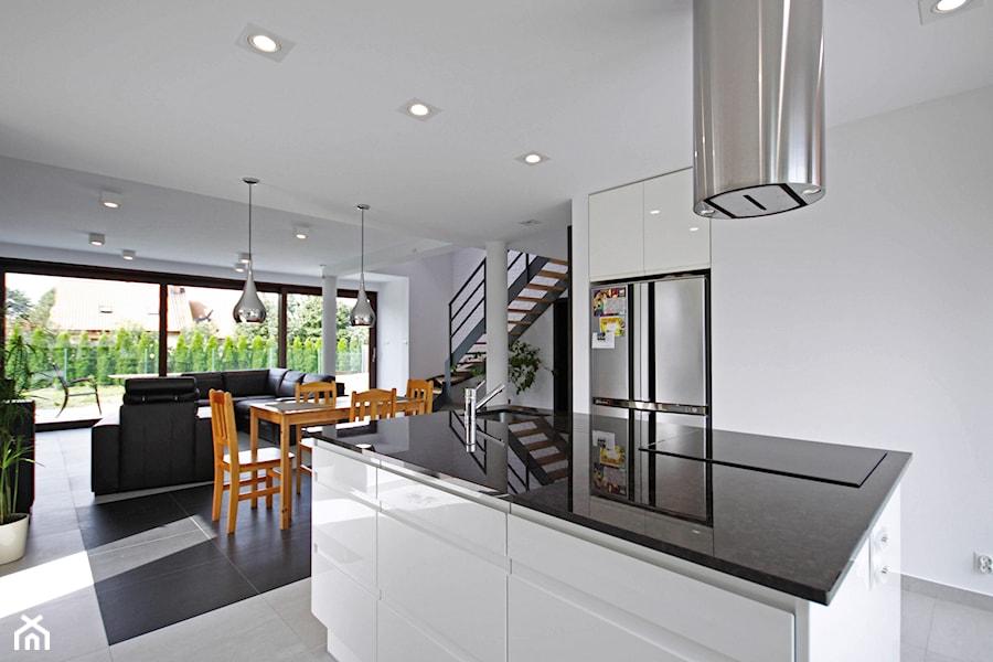 ATRAKCYJNY 1 - realizacja projektu - Duża otwarta biała kuchnia z wyspą, styl minimalistyczny - zdjęcie od DOMY Z WIZJĄ - nowoczesne projekty domów