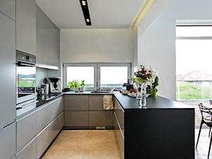 STYLOWY 2 - realizacja projektu - Duża otwarta biała kuchnia w kształcie litery u w aneksie, styl nowoczesny - zdjęcie od DOMY Z WIZJĄ - nowoczesne projekty domów