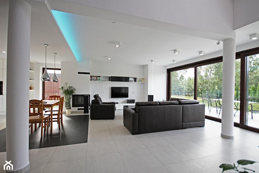 ATRAKCYJNY 1 - realizacja projektu - Duży biały salon z jadalnią, styl minimalistyczny - zdjęcie od DOMY Z WIZJĄ - nowoczesne projekty domów