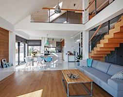 DOSKONAŁY 3 - realizacja projektu - Duży szary biały salon z kuchnią z jadalnią, styl nowoczesny - zdjęcie od DOMY Z WIZJĄ - nowoczesne projekty domów