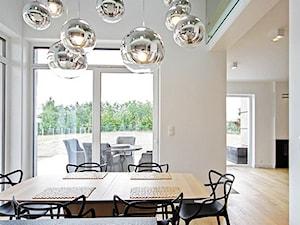 STYLOWY 2 - realizacja projektu - Średnia otwarta beżowa jadalnia w salonie, styl minimalistyczny - zdjęcie od DOMY Z WIZJĄ - nowoczesne projekty domów