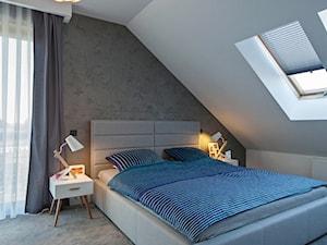 DOSKONAŁY 3 - realizacja projektu - Duża biała szara sypialnia małżeńska na poddaszu, styl nowoczesny - zdjęcie od DOMY Z WIZJĄ - nowoczesne projekty domów