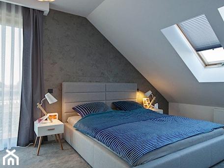 Aranżacje wnętrz - Sypialnia: DOSKONAŁY 3 - realizacja projektu - Duża biała szara sypialnia małżeńska na poddaszu, styl nowoczesny - DOMY Z WIZJĄ - nowoczesne projekty domów. Przeglądaj, dodawaj i zapisuj najlepsze zdjęcia, pomysły i inspiracje designerskie. W bazie mamy już prawie milion fotografii!