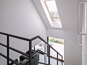 ATRAKCYJNY 1 - realizacja projektu - Średnie wąskie schody zabiegowe drewniane, styl nowoczesny - zdjęcie od DOMY Z WIZJĄ - nowoczesne projekty domów