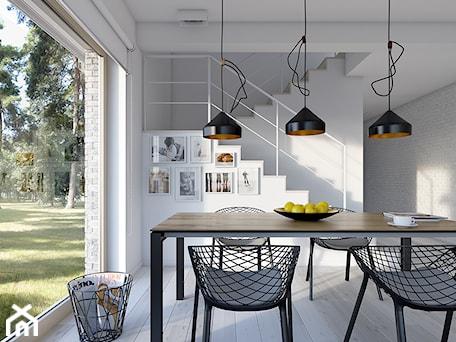 Aranżacje wnętrz - Jadalnia: DOSTĘPNY 4A - niewielki dom z nowoczesnymi akcentami - Średnia otwarta biała jadalnia jako osobne pomieszczenie, styl skandynawski - DOMY Z WIZJĄ - nowoczesne projekty domów. Przeglądaj, dodawaj i zapisuj najlepsze zdjęcia, pomysły i inspiracje designerskie. W bazie mamy już prawie milion fotografii!