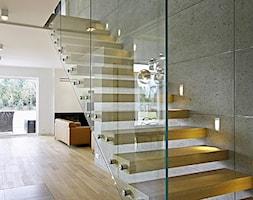 STYLOWY 2 - realizacja projektu - Średnie wąskie schody jednobiegowe drewniane metalowe, styl minimalistyczny - zdjęcie od DOMY Z WIZJĄ - nowoczesne projekty domów