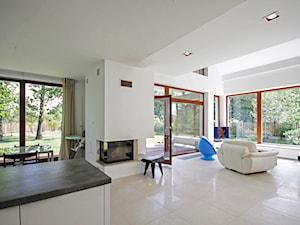 Z CHARAKTEREM 2 - realizacja projektu - Średni biały salon z kuchnią z jadalnią z tarasem / balkonem, styl minimalistyczny - zdjęcie od DOMY Z WIZJĄ - nowoczesne projekty domów