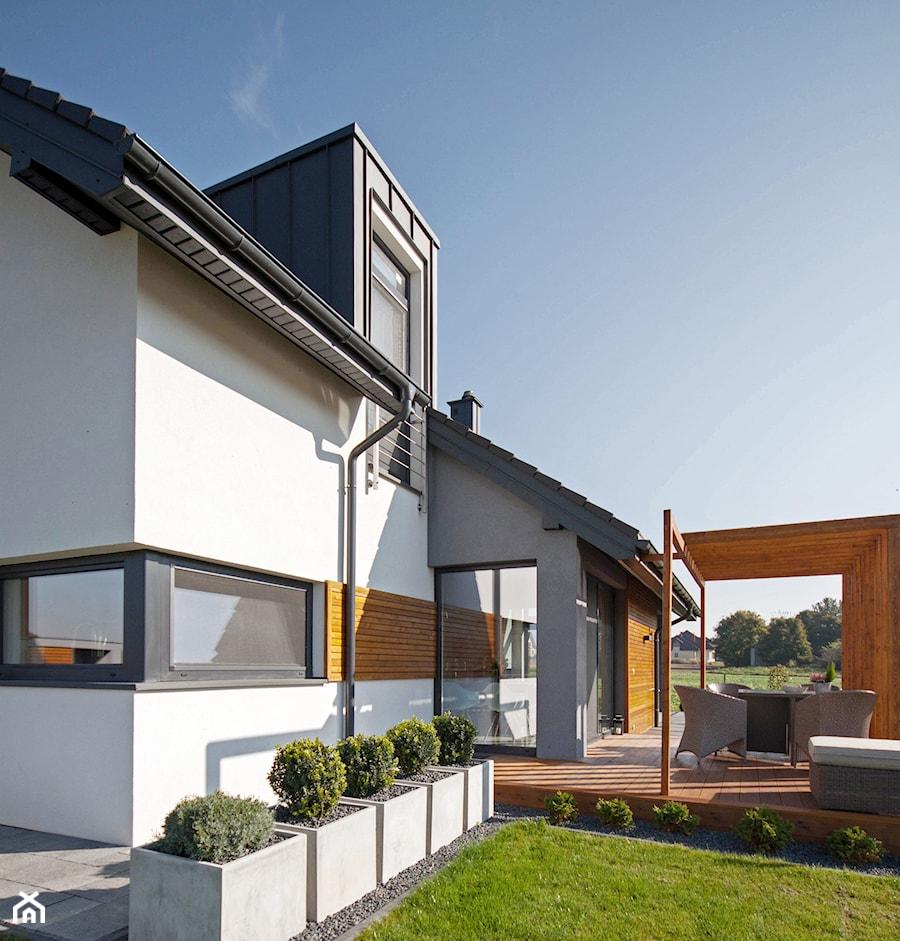 DOSKONAŁY 3 - realizacja projektu - Średni taras z tyłu domu, styl nowoczesny - zdjęcie od DOMY Z WIZJĄ - nowoczesne projekty domów