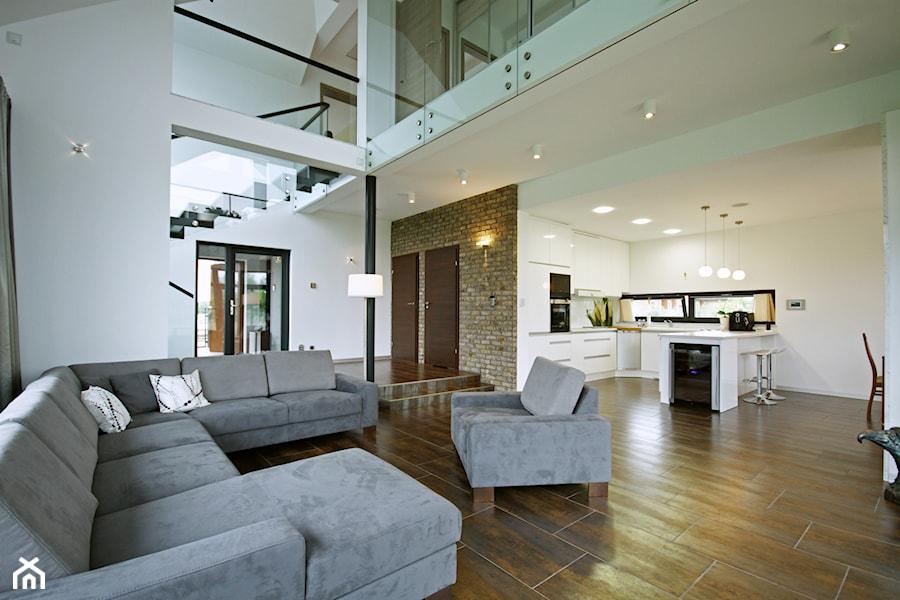 Z CHARAKTEREM 3 - realizacja projektu - Średni biały salon z barkiem z kuchnią z jadalnią z antresolą, styl minimalistyczny - zdjęcie od DOMY Z WIZJĄ - nowoczesne projekty domów
