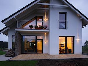 Z CHARAKTEREM 3 - realizacja projektu - Małe jednopiętrowe nowoczesne domy jednorodzinne murowane z dwuspadowym dachem, styl nowoczesny - zdjęcie od DOMY Z WIZJĄ - nowoczesne projekty domów