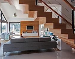DOSKONAŁY 3 - realizacja projektu - Małe wąskie schody jednobiegowe drewniane, styl nowoczesny - zdjęcie od DOMY Z WIZJĄ - nowoczesne projekty domów - Homebook