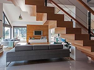 DOSKONAŁY 3 - realizacja projektu - Małe wąskie schody jednobiegowe drewniane, styl nowoczesny - zdjęcie od DOMY Z WIZJĄ - nowoczesne projekty domów