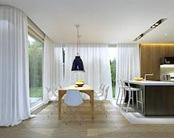 RODZINNY 1 - dom parterowy z dachem dwuspadowym - Mała otwarta jadalnia w kuchni, styl skandynawski - zdjęcie od DOMY Z WIZJĄ - nowoczesne projekty domów