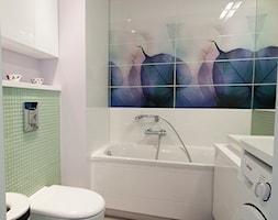 Liściasta łazienka - Mała biała zielona kolorowa łazienka w bloku bez okna, styl minimalistyczny - zdjęcie od openlines